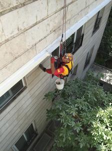 رنگ آمیزی نمای ساختمان در ارتفاع (دسترسی با طناب)