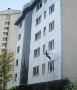 مقاوم سازی نمای ساختمان پیچ و رولپلاک نما بدون داربست در تبریز
