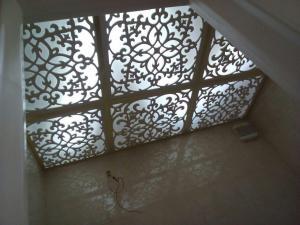 سقف تایل معرق و پتینه آسمانخانه خرّم فضا
